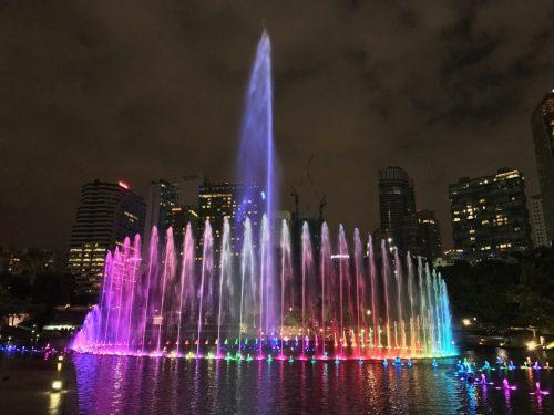 マレーシアの夜景ならKLCC公園の噴水ショーとペトロナスツインタワーが定番!