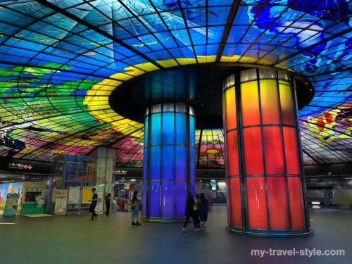 世界で2番目に美しい「美麗島駅」ステンドグラスの意味【行き方・ショー時間】